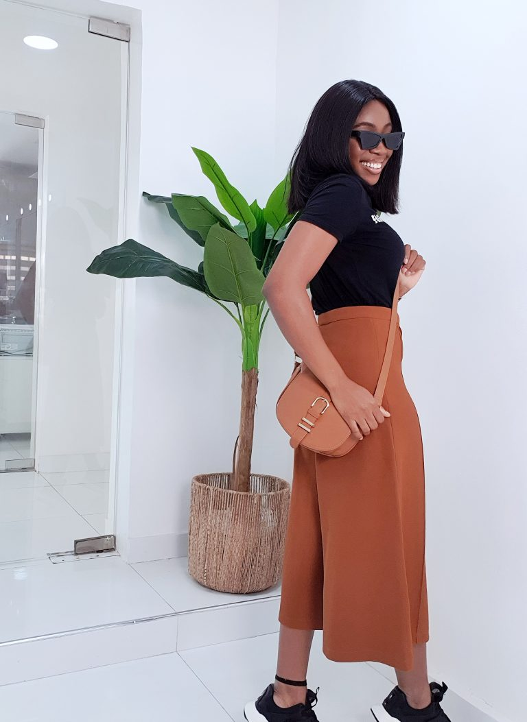 casual way to style culottes with a cross body bag, t shirt and sneakers